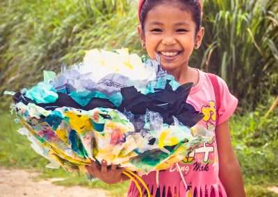 flower-upcycle-plastic-schoolgirl-creativity