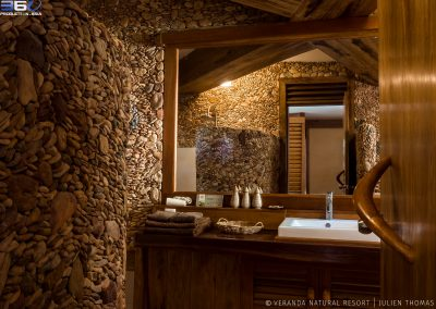 bathroom-stone-wood-veranda-kep