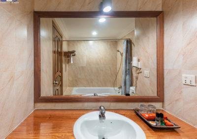 bathroom-crown-hotel-siem-reap